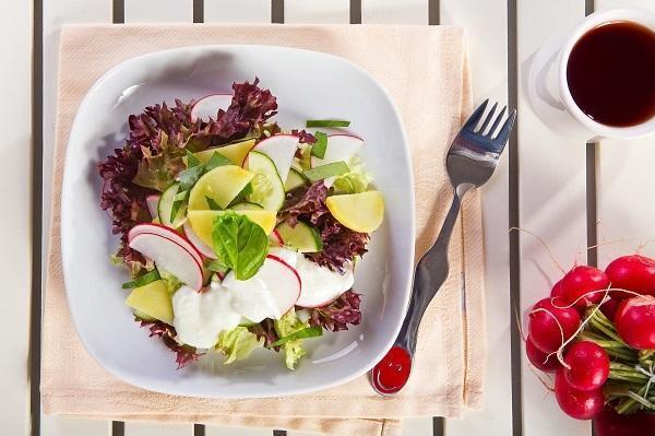 Салат из редиса и молодого картофеля с зеленью и огурцом, фото: К. Виноградов/BurdaMedia