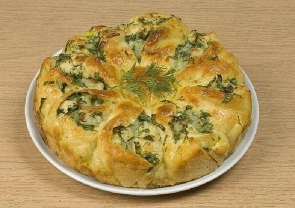 Пирог из дрожжевого теста с брынзой и свежей зеленью, фото: А. Нерубаев/BurdaMedia