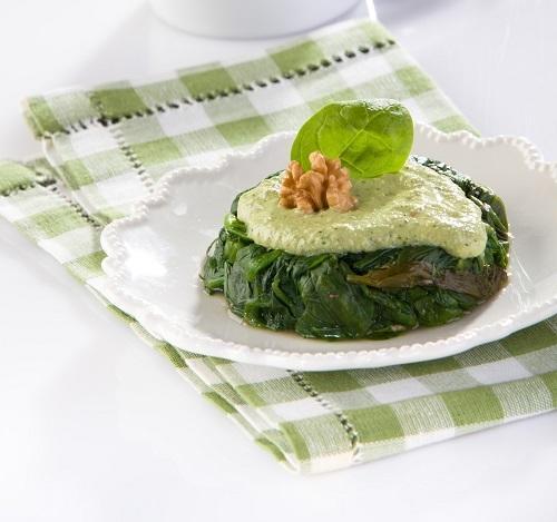 Салат из шпината и щавеля под ореховым соусом, фото Олег Кулагин/BurdaMedia