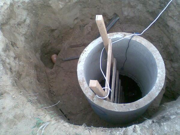 В приоритете всегда должна быть местная бригада строителей колодцев. Фото с сайта dkvartnsk.ru