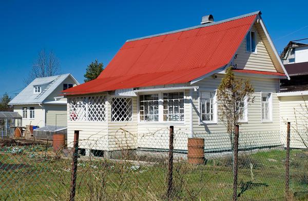 Отделка сайдингом превратила простой дачный домик в очаровательный