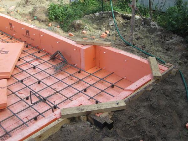 Если полистирольные плиты уложены в фундаменте, цоколе, отмостке - их пожароопасные свойства практически обнуляются. Фото автора