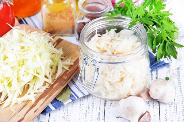 Нашинкованную капусту следует плотно утрамбовать в засолочной емкости
