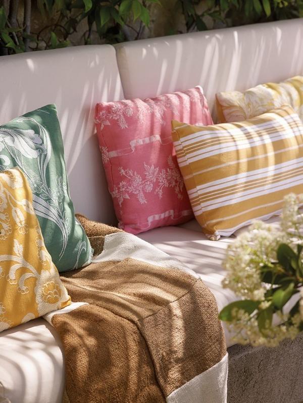 Обязательно добавьте яркий модный текстиль