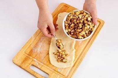 В центр каждой полоски выложить начинку из яблок с сахаром и корицей. Фото Олега Кулагина/BurdaMedia Размещение на даче