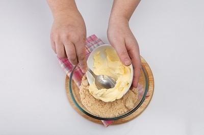 Измельченное печенье соединить с маслом