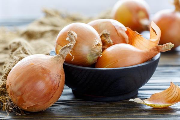 Луковую шелуху многие давно успешно используют для подкормки растений