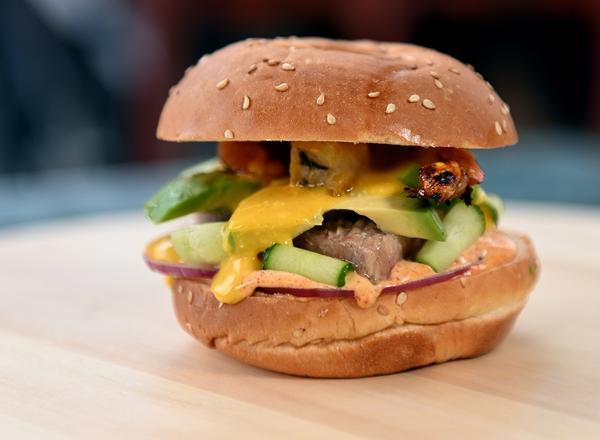 Потрясающе вкусный бургер с тунцом и авокадо