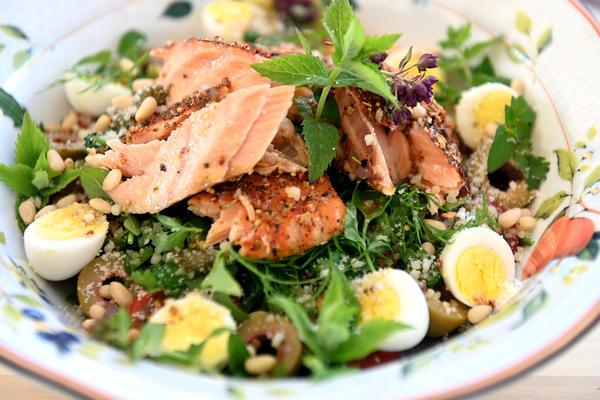 Потрясающе вкусный салат с копченым лососем