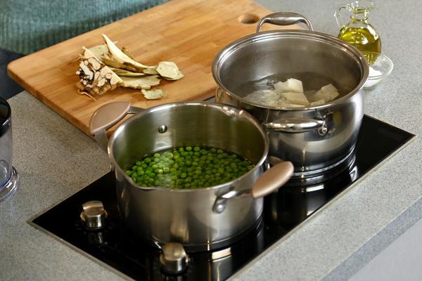 Говядина, томленная с овощами и травами в мультиварке, и пюре из зеленого горошка и сельдерея