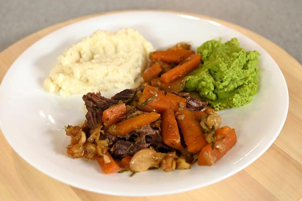 Томленая говядина с пюре из сельдерея и зеленого горошка