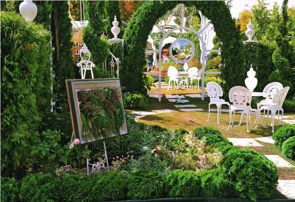 Зеркала обладают невероятными способностями: отражают и тем самым умножают красоту сада, зрительно удваивают пространство и даже увеличивают освещенность