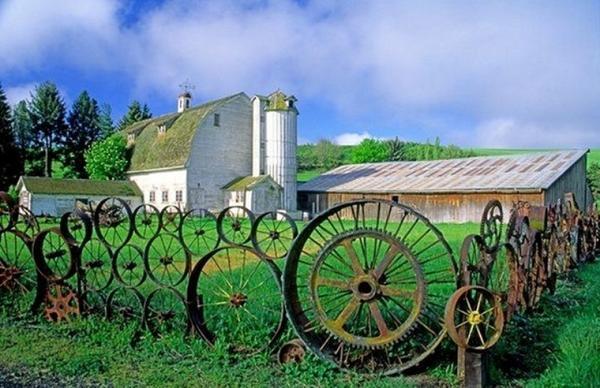 Забор из ободов. Фото с сайта pocotv.net