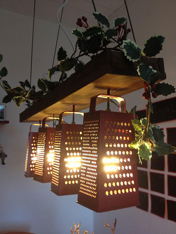Люстра из кухонных терок. Фото с сайта recyclart.org