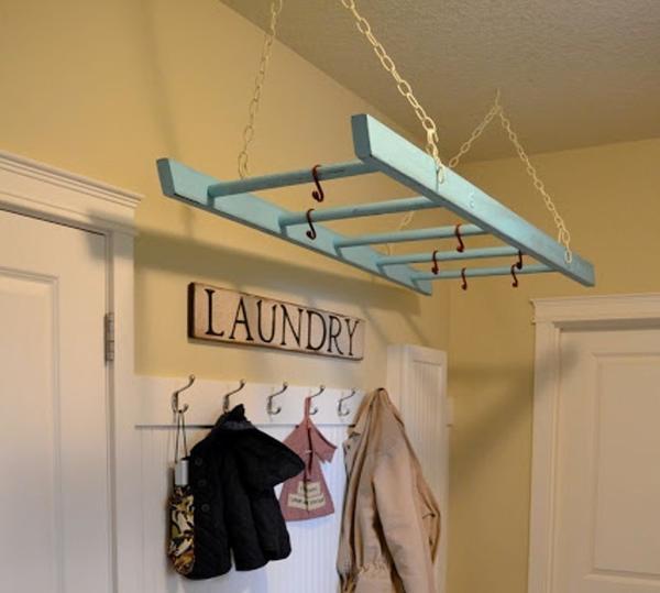 Оригинальная вешалка из лестницы. Фото с сайта littlelucylu.com