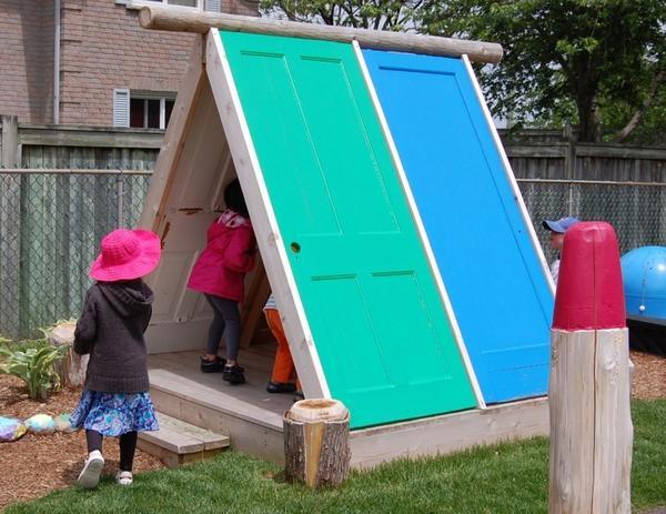 Шалаш из старых дверей. Фото с сайта relaxshacks.blogspot.com
