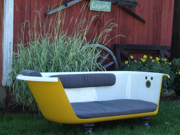 Софа из ванны. Фото с сайта curiosasideas.blogspot.com