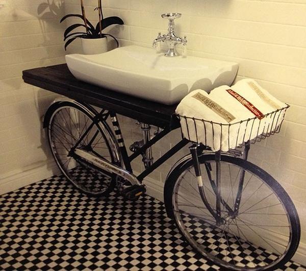 Вместо тумбы - велосипед. Фото с сайта dotamanhodoquevejo.blogs.sapo.pt