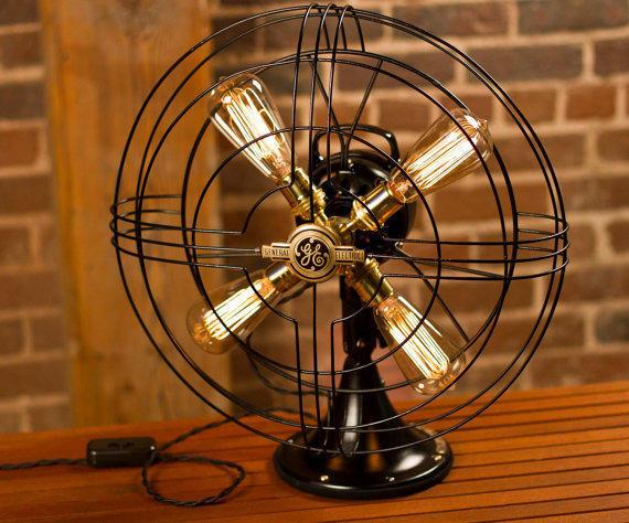 Настольная лампа из вентилятора. Фото с сайта etsy.com