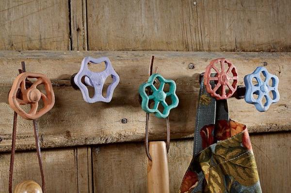 Краны для крючков. Фото с сайта gardeners.com