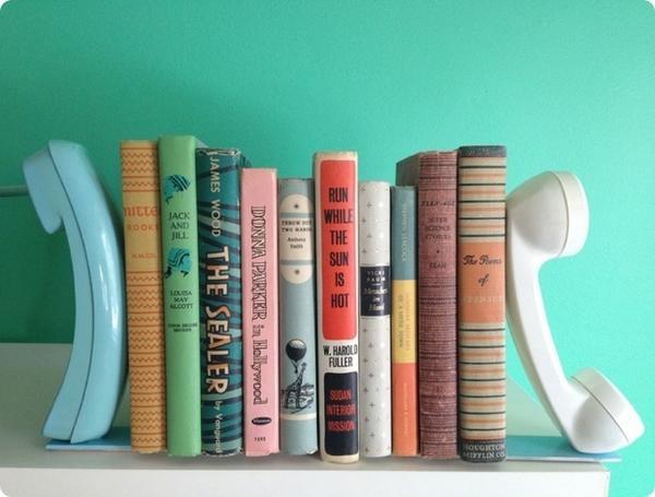 Упоры для книг из телефонных трубок. Фото с сайта rdeco.gr