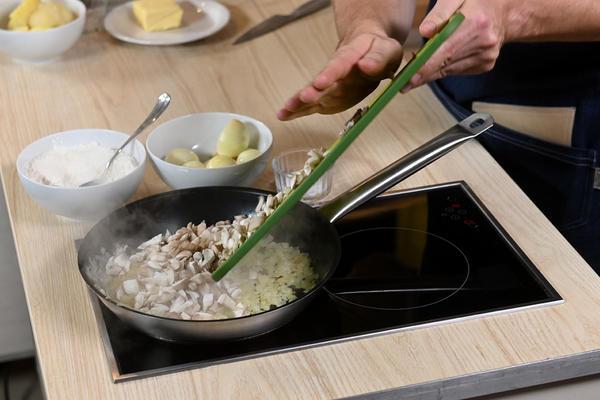 Кулебяка с мясом, картошкой и грибами: рецепт от шеф-повара