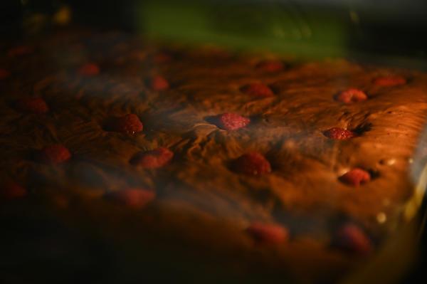Шоколадный брауни с малиной: рецепт, видео