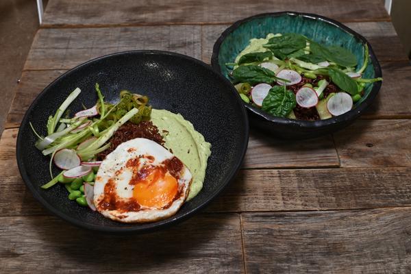 Поке из бурого риса с яйцом и авокадо: рецепт