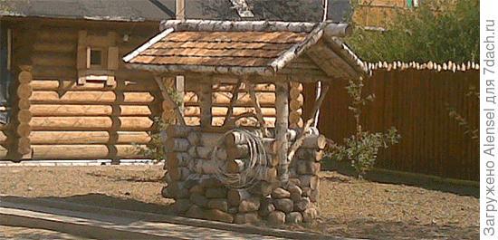 Деревянный сруб колодца