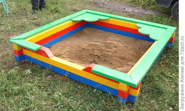 Песочница из раскрашенных брусьев