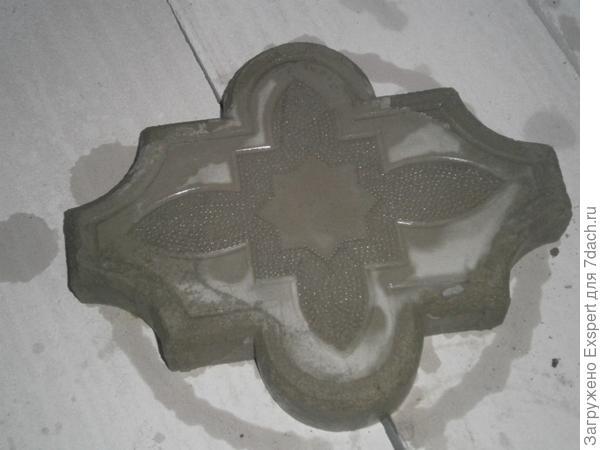 Извлеченная из формы брусчатка