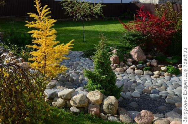 сухой ручей с большими камнями
