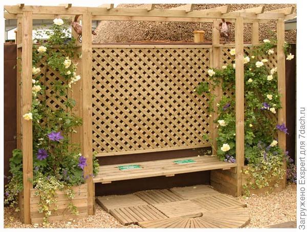 садовая шпалера скрывает стену дома