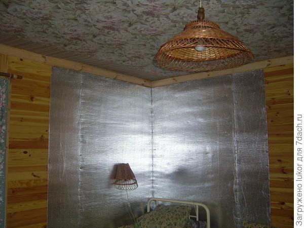 Пенофол в углу комнаты