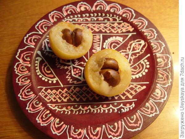 Разломленные плоды мушмулы
