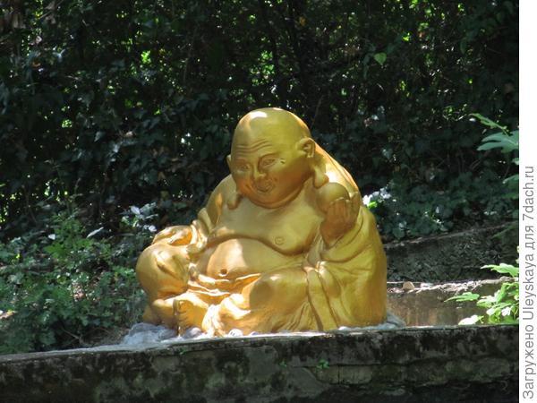 Фигурка Хотэй в Приморском парке