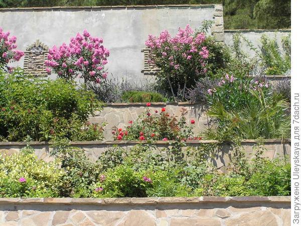 Средиземноморский колорит террасного сада.