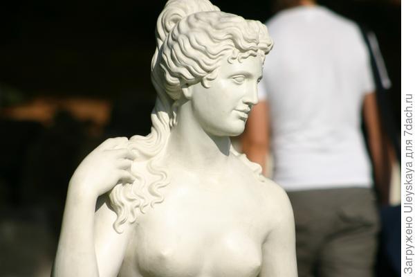 Садовая скульптура возвращает нас в Древнюю Элладу.