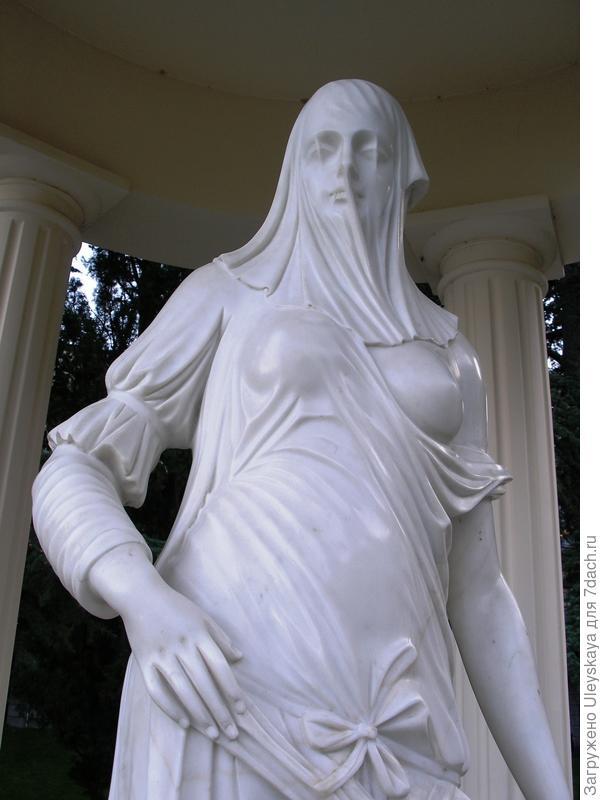Скульптура в беседке.