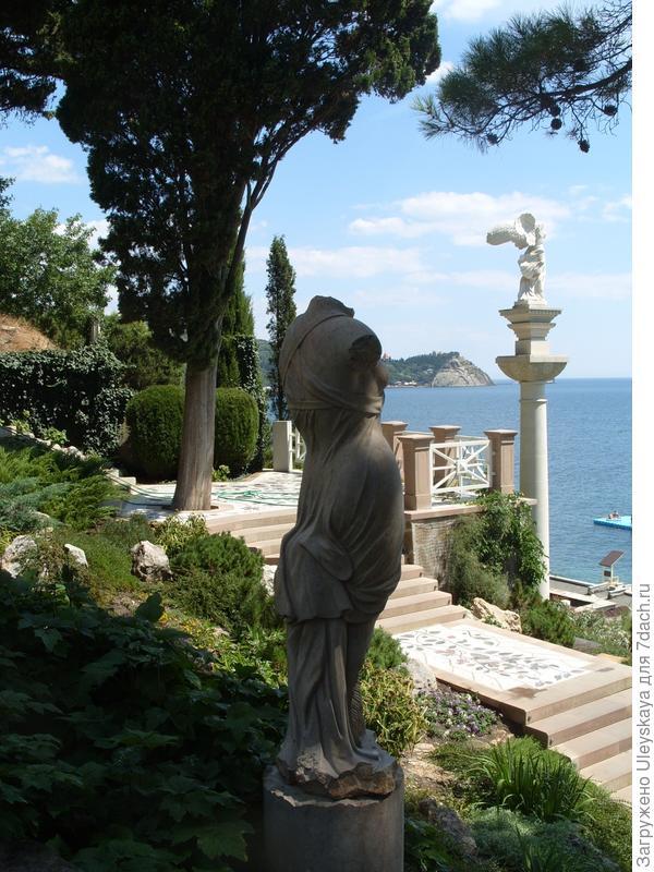 Статуи древнегреческих богинь в рокарии.