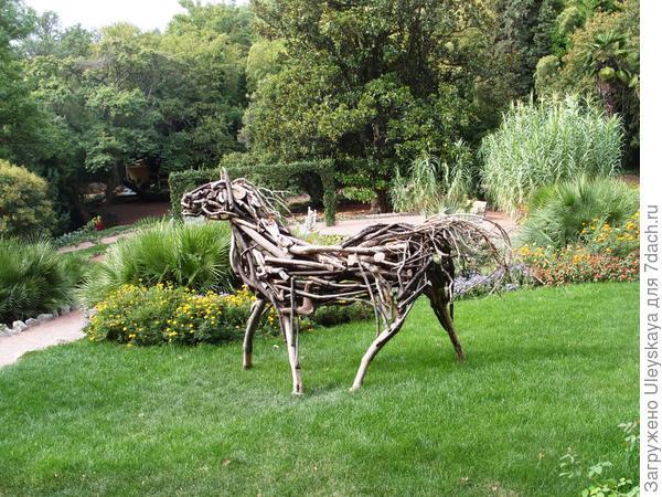 Деревянная лошадка Приморского парка