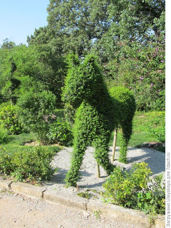 Топиарные фигуры гармонично вписались в зеленые насаждения парка