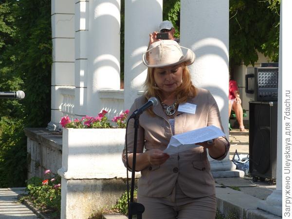 Е.В. Голосова зачитывает резолюцию VI Международной научной конференции Ландшафтная архитектура в ботанических садах и дендропарках