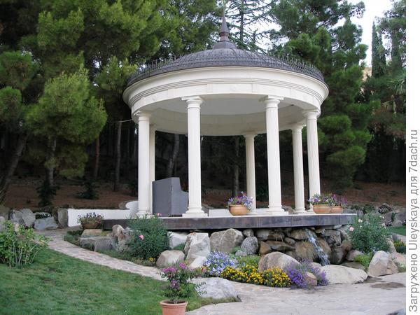 Ротонда с роялем в античном саду