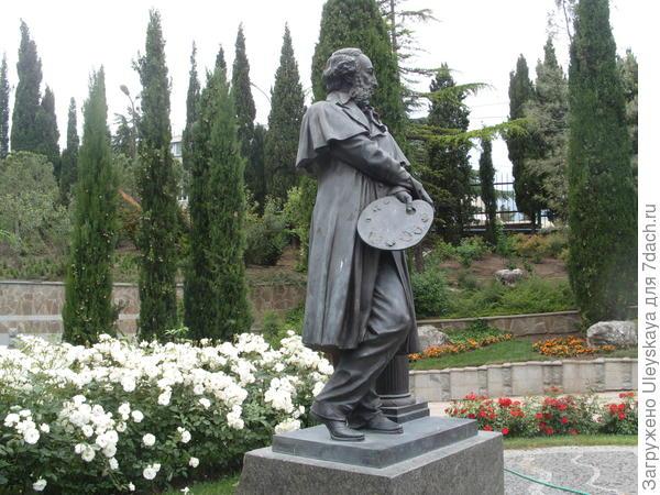 Памятник известному моренисту - И.К. Айвазовскому, чьё имя носит парк