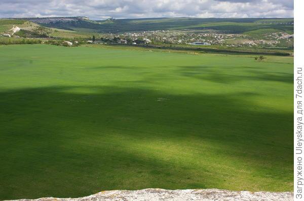 Внизу зеленые поля