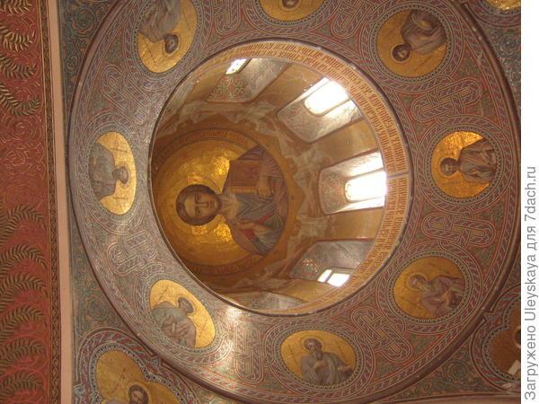 В Храме Покрова Пресвятой Богородицы, Нижняя Ореанда, Крым