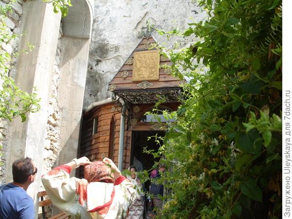 У входа в Бисерный Храм Анастасии Узорешительницы, Крым