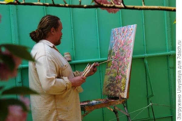 Весна, художник рисует сакуру