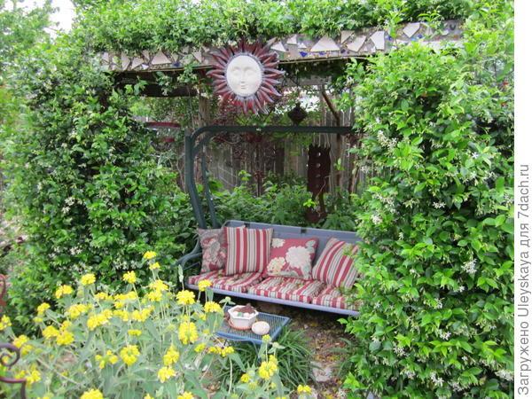 Зопник кустарниковый на переднем плане у беседки, фото сайта Lisa's Landscape & Design